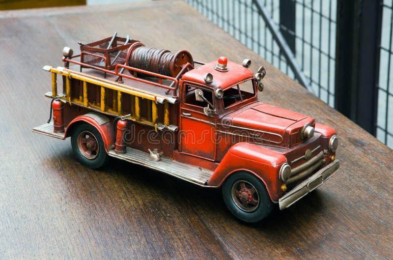 Motor de incêndio velho do brinquedo foto de stock