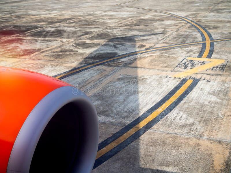 Motor de jato do avião vermelho da janela da opinião do passageiro imagens de stock royalty free