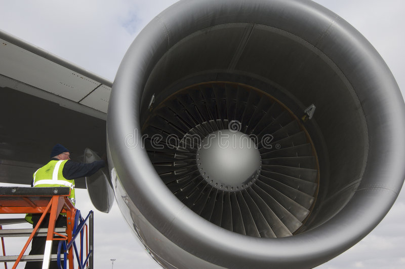 Motor de jato que está sendo prestado serviços de manutenção fotografia de stock