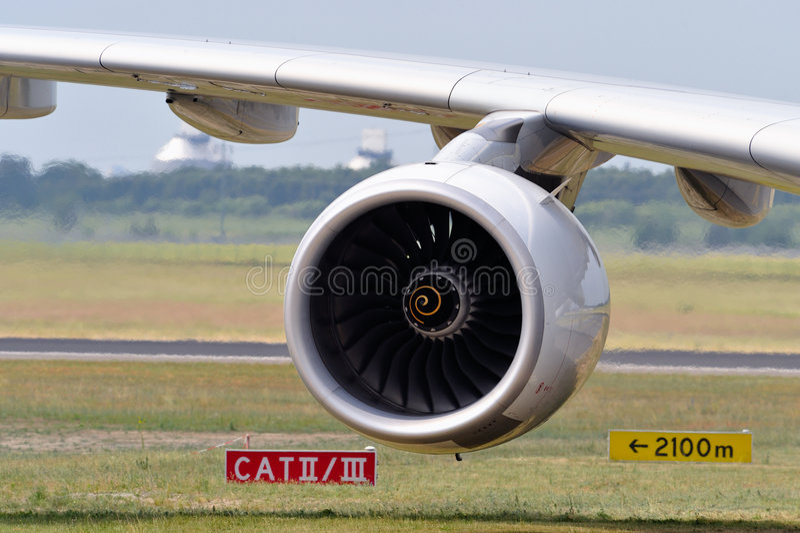 Motor de jet y ala de aviones imagen de archivo libre de regalías