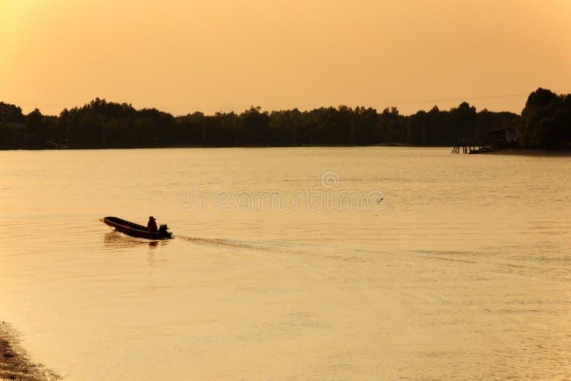 Motor de madera del barco de la cola larga en el río fotografía de archivo