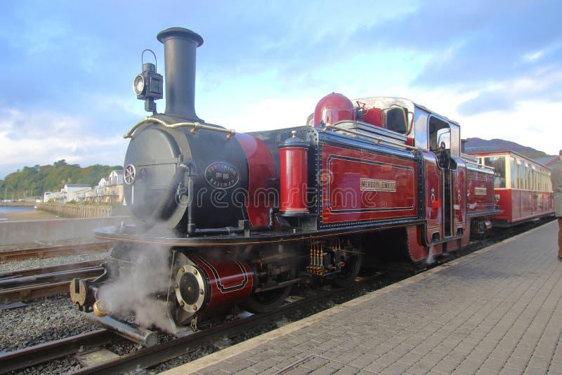 Motor de Merddin Emrys en la plataforma en la estación del puerto de Porthmadog imagen de archivo