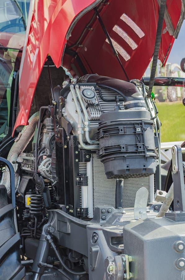 Motor de trator poderoso da alto-tecnologia no projeto moderno imagens de stock royalty free