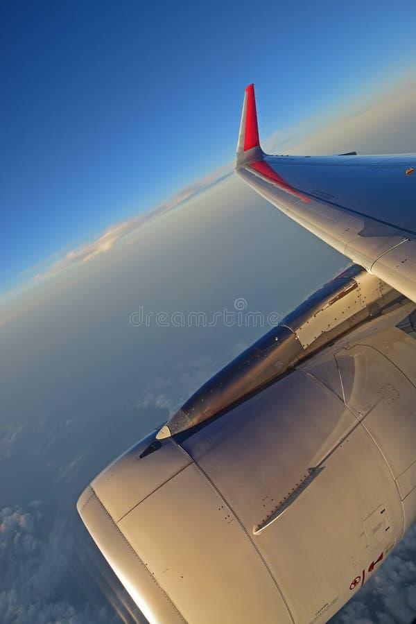 Motor de turbina, asa e winglet vermelho com nuvens brancas e o céu azul profundo no fundo fotografia de stock royalty free