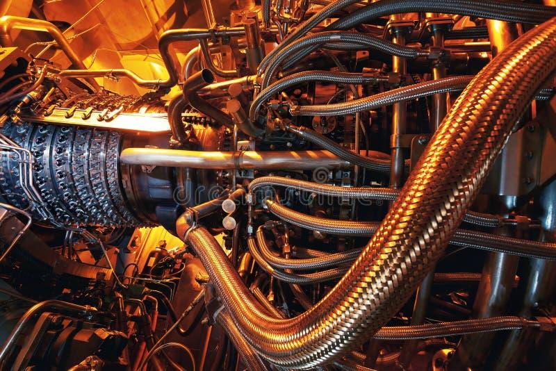 Motor de turbina do gás posicionado dentro dos aviões Energia limpa em um central elétrica usado em uma central a pouca distância imagens de stock
