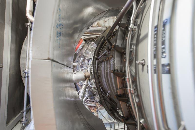 Motor de turbina de gas en recinto a presión lado fotografía de archivo