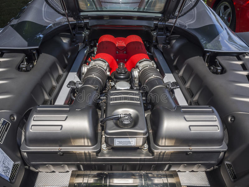 Motor de V8 en coche de deportes italiano exótico