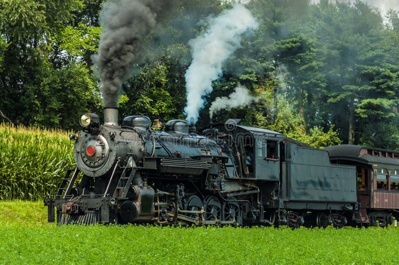 Motor de vapor antiguo del vintage que sopla humo negro y que sopla el silbido fotografía de archivo