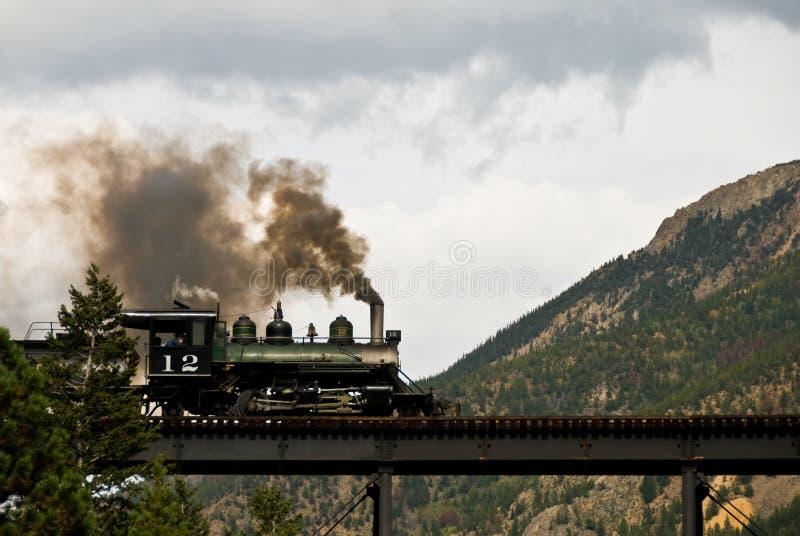 Motor de vapor en un puente de la montaña foto de archivo