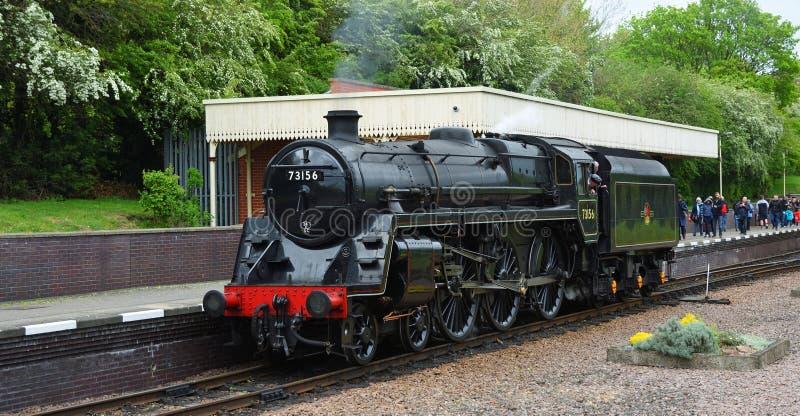 Motor de vapor 73156 padr?o da classe 5 do BR que puxa na esta??o de trem norte da heran?a de Leicester imagem de stock