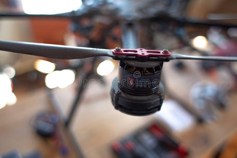 Motor del abejón con la señal de peligro fotografía de archivo