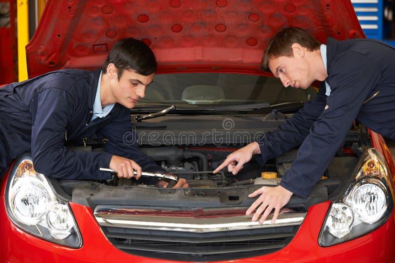 Motor del arreglo de Helping Trainee To del mecánico imagen de archivo libre de regalías