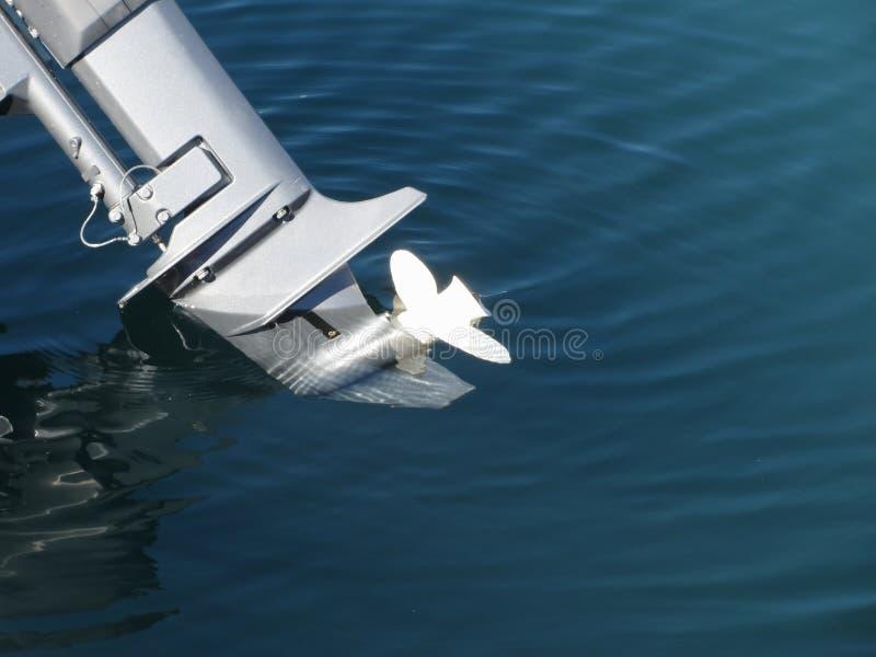 Motor del barco externo adaptado para arriba e intentando en el estreno en fondo del mar foto de archivo