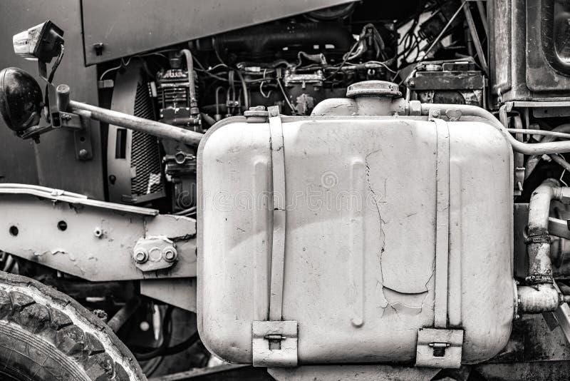 Motor del motor de un tractor viejo foto de archivo libre de regalías