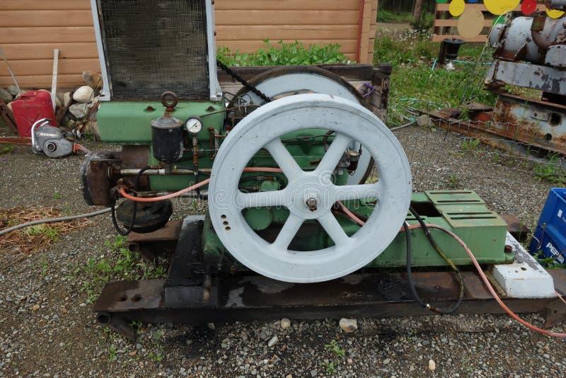 Motor diesel antigo usado para ajudar a cortar o jade foto de stock