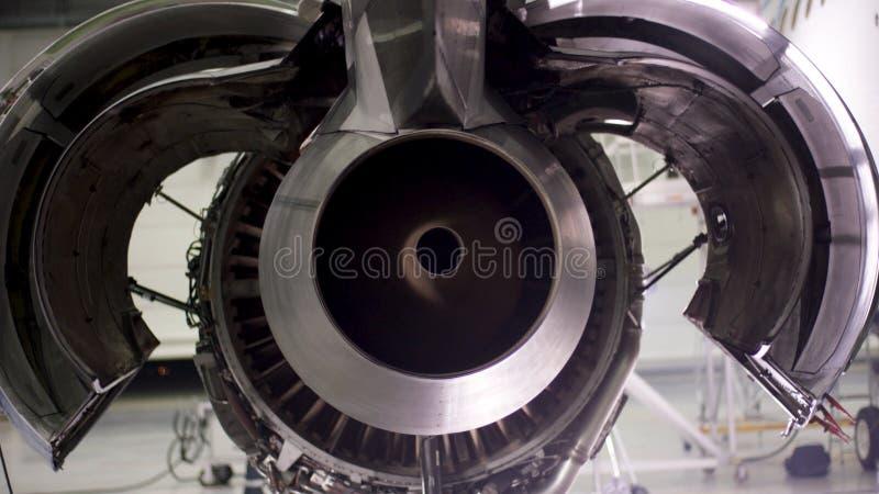 Motor do avião sob a manutenção pesada Manutenção de aviões, motor plano desmontado Chassi do avião fotos de stock