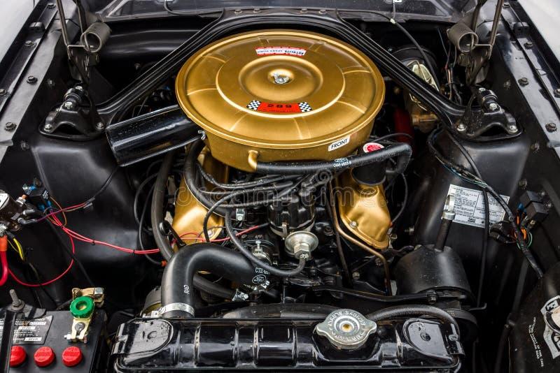 Motor do carro de pônei Ford Mustang, 1965 fotografia de stock