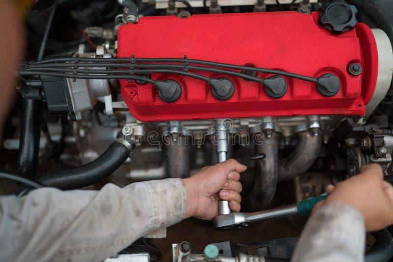 Motor do t?cnico que verifica o servi?o do carro imagens de stock royalty free