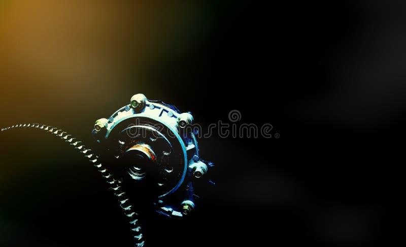Motor e engrenagem no tema escuro foto de stock