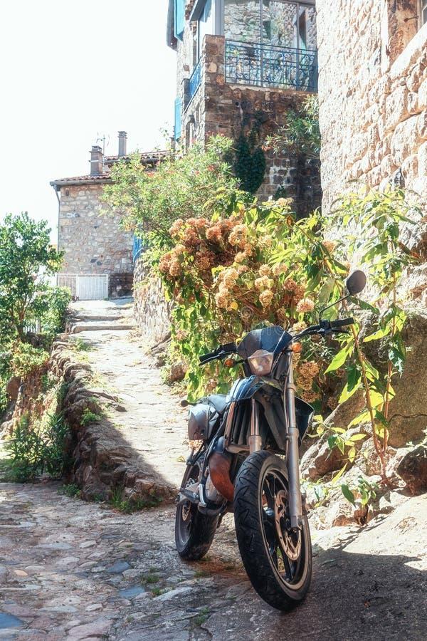 Motor in een smalle straat van het schilderachtige dorp dat van wordt geparkeerd royalty-vrije stock afbeelding