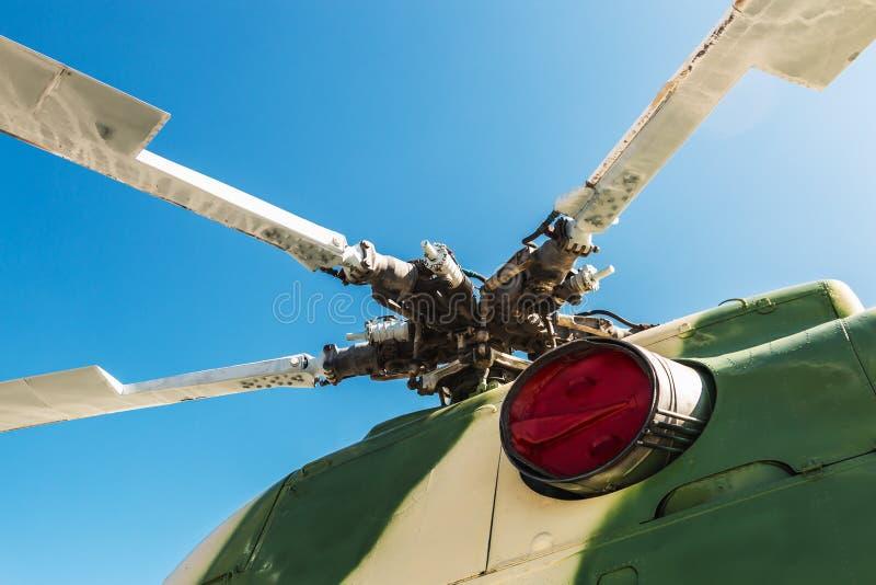 Motor en bladen van de helikopter stock afbeeldingen