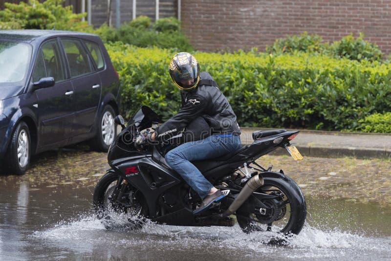 Motor en calle inundada fotografía de archivo libre de regalías