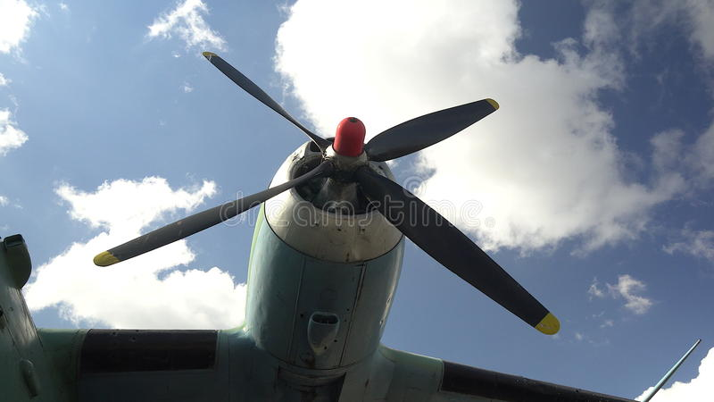 Motor en propeller van het oude retro vervoervliegtuig Fragment van de vliegtuigen stock video