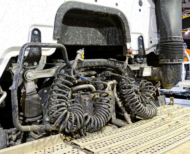 Motor en samengeperste luchtslangen van een vrachtwagen royalty-vrije stock afbeelding
