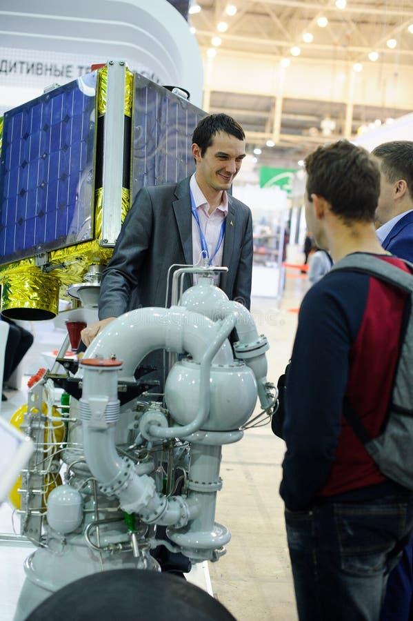 Motor espacial con los desarrolladores en la exposición foto de archivo