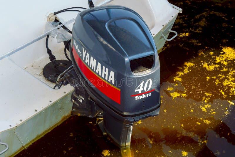 Motor externo Yamaha Enduro 40 en un barco blanco, lanzado en el agua fotografía de archivo libre de regalías