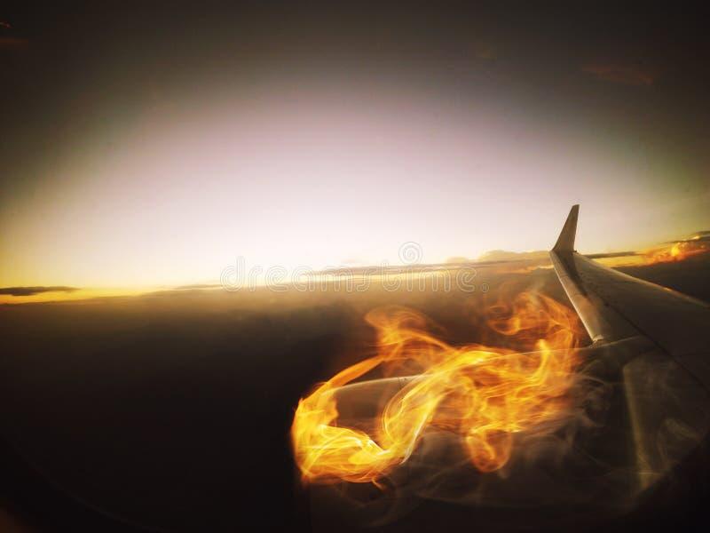 Motor, fogo e fumo planos ardentes, vista da janela fotos de stock royalty free