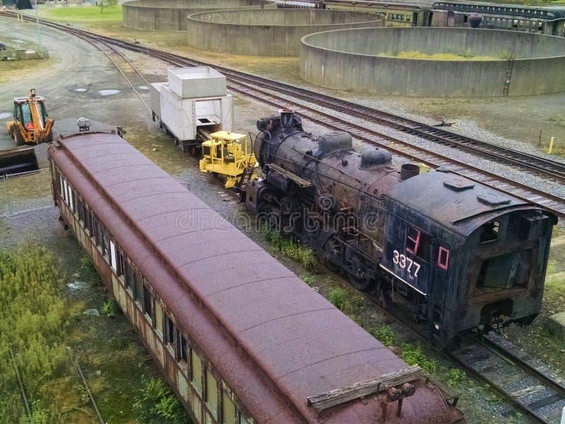 Motor locomotor y vehículos de pasajeros hacia fuera en elementos imagen de archivo