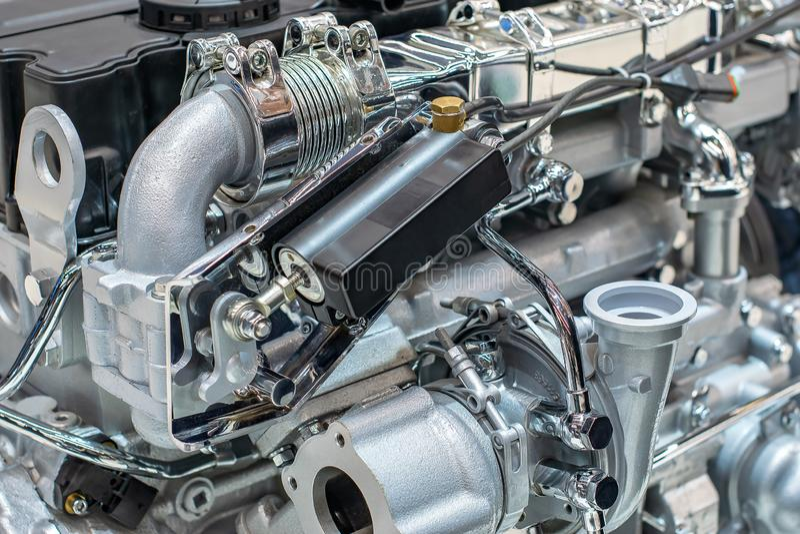 Motor med trådar och slangar i fabriksmekanismen av järn- och nickelpläterat stål arkivfoto