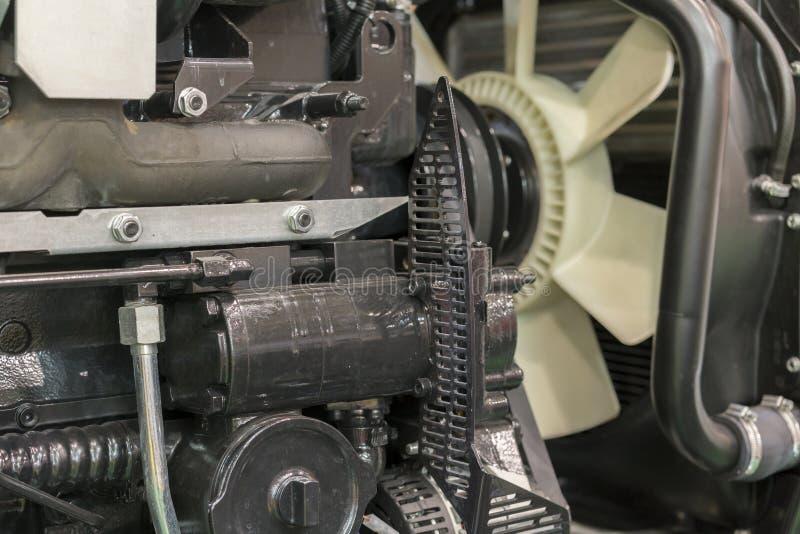 Motor novo moderno da olá!-tecnologia do carregador ou do trator pequeno Vista superior O motor novo grande em uma janela de most fotos de stock royalty free