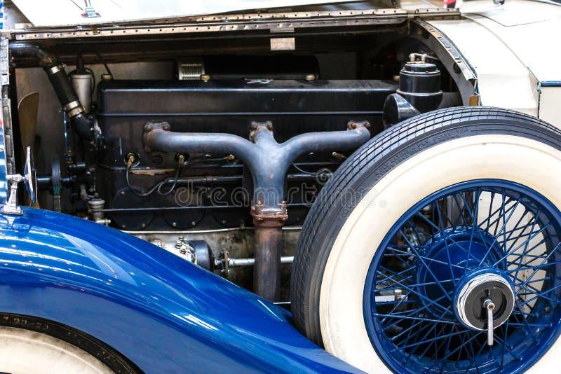 Motor och extra- hjul av den gamla exklusiva lyxiga Rolls Royce vintaen royaltyfria foton