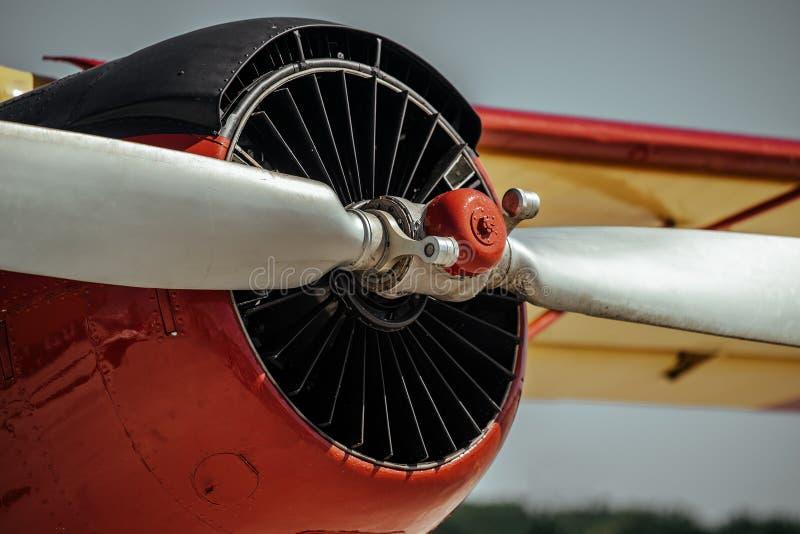 Motor och propeller för gammalt retroflygplan, nära fotografering för bildbyråer