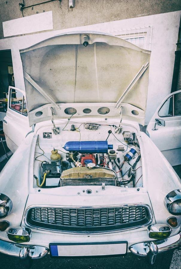 Motor onder de kap van een oude auto, analoge filter royalty-vrije stock afbeelding