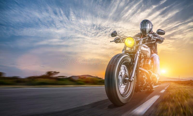 Motor op weg het berijden het hebben van pret die de lege weg op een reis van de motorfietsreis drijven stock afbeelding