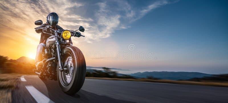Motor op weg het berijden het hebben van pret die de lege weg op een reis van de motorfietsreis drijven royalty-vrije stock afbeelding