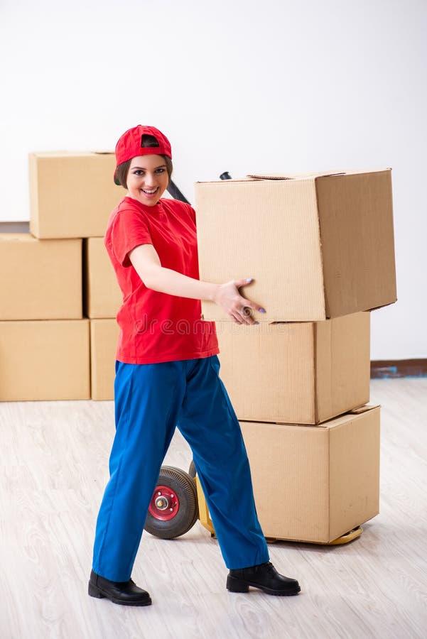 Motor profesional femenino joven que hace la relocalizaci?n casera fotografía de archivo libre de regalías