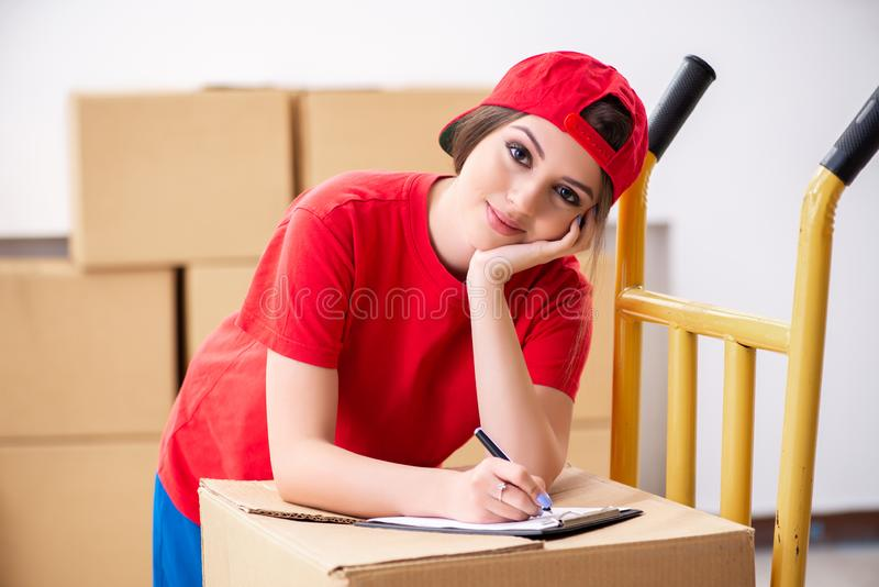 Motor profesional femenino joven que hace la relocalizaci?n casera imágenes de archivo libres de regalías