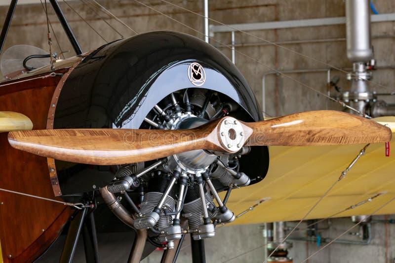 Motor radial de Rotec com a hélice de madeira lustrada no tipo réplica F-PMSG de Morane-Saulnier de G imagens de stock