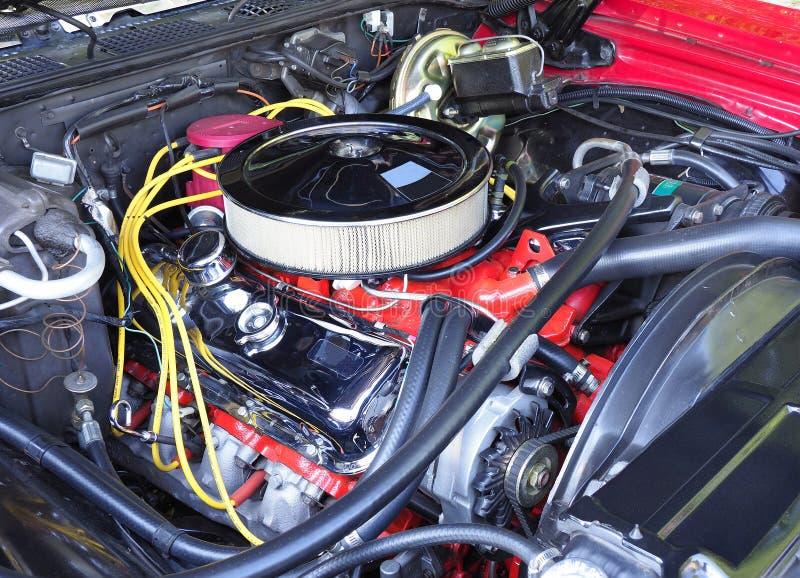 Motor restaurado de V8 em um 70s Car modelo americano fotos de stock royalty free