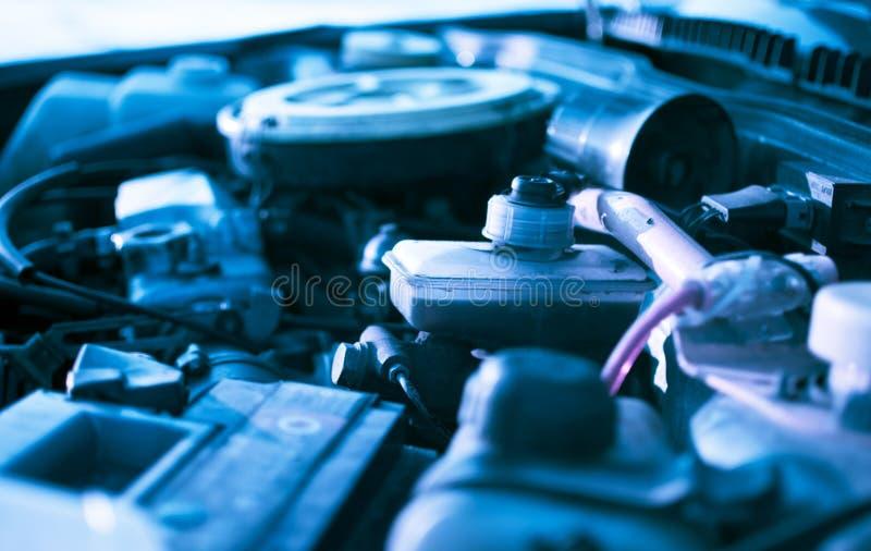 Motor sob a capa de um carro imagens de stock royalty free