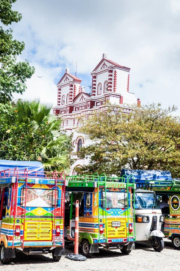 Motor-trehjulingar som dekoreras som traditionella colombianska chivas på den färgrika Guatapen royaltyfri foto
