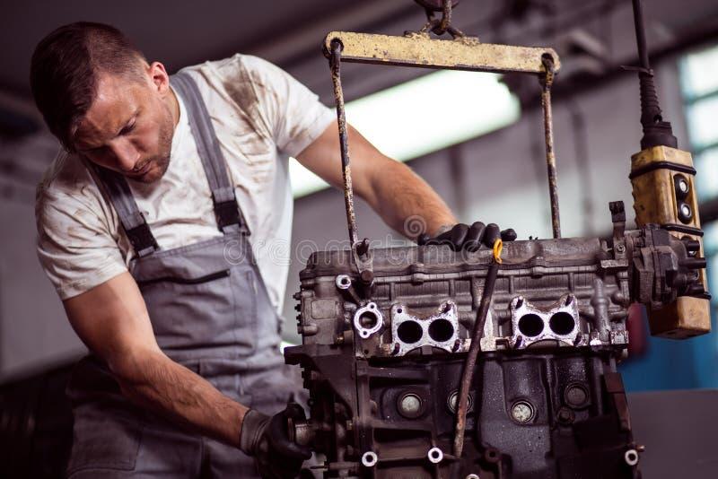Motor van een auto het hangen op hijstoestel stock foto