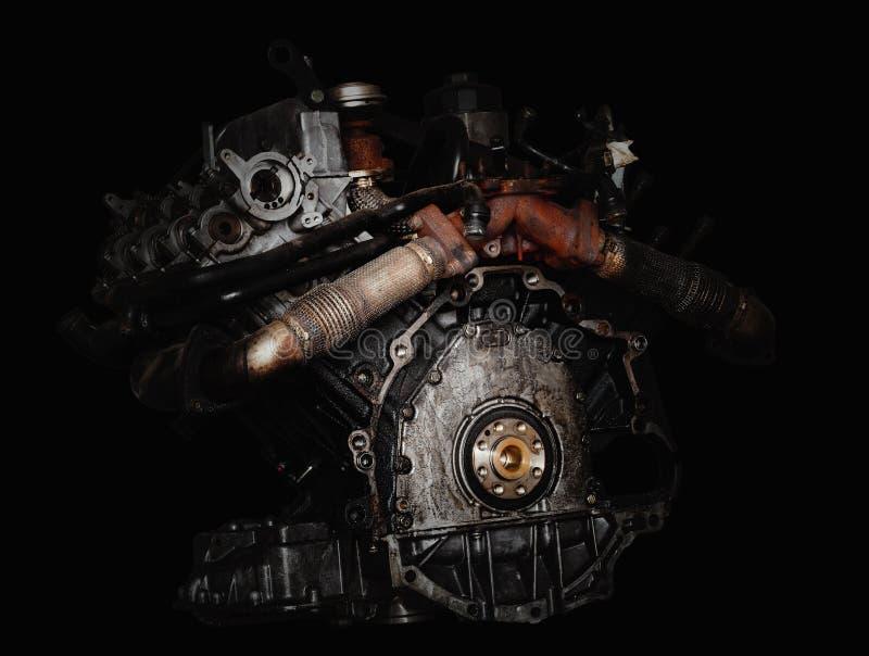 Motor van een auto op zwarte achtergrond stock fotografie