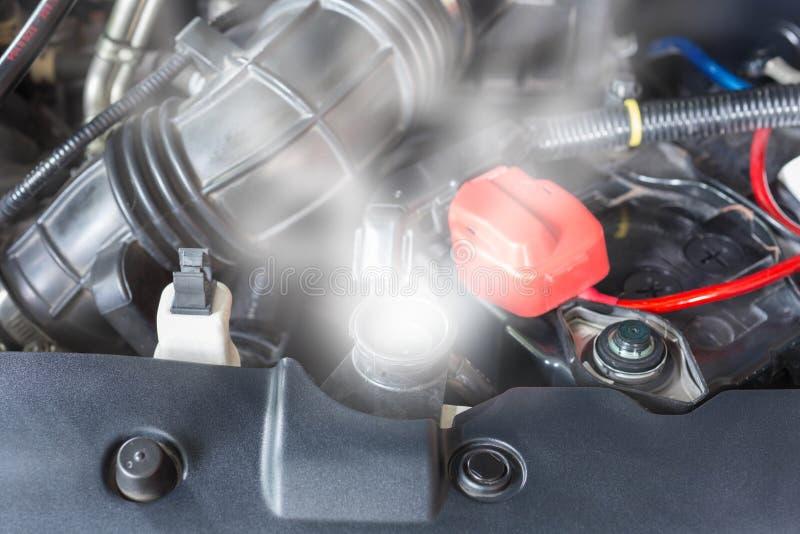 Motor van een auto over hitte toe te schrijven aan geen water in radiator en koelsysteem royalty-vrije stock afbeeldingen