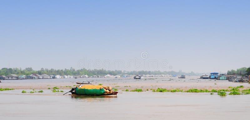 Motora en el río Mekong, Vietnam meridional imagen de archivo