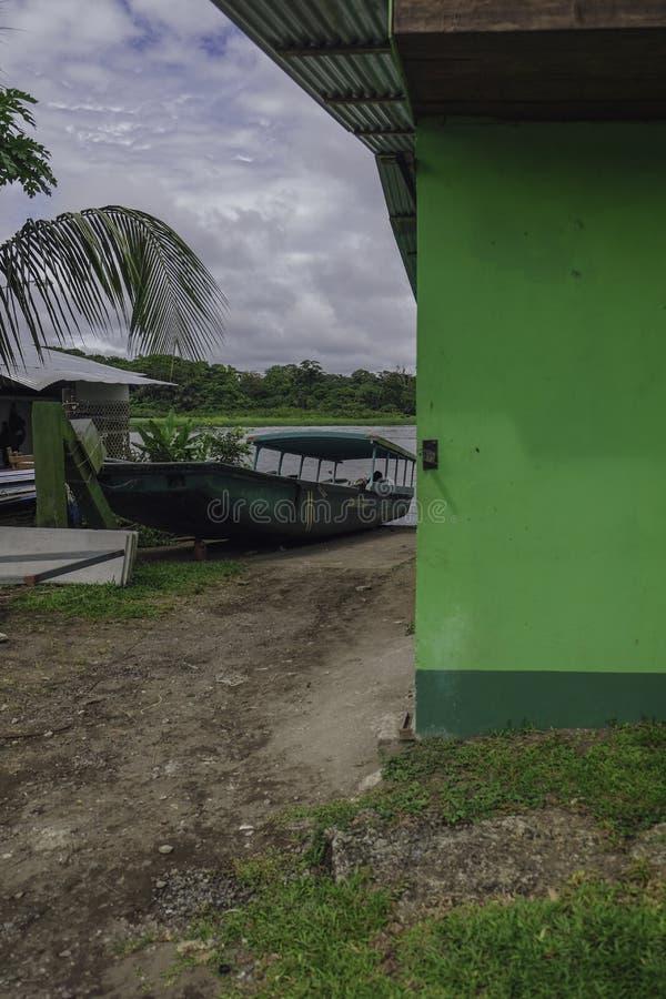 Motora parqueada en el riverbank foto de archivo libre de regalías